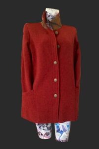 Walking jacket warm rusty colour with tweed trim on the collar. Big pockets and an extra one in the sleeve loose fit